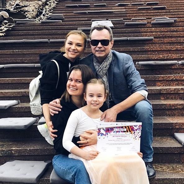 Владимир Левкин с четвертой женой и дочками - Викой и Никой