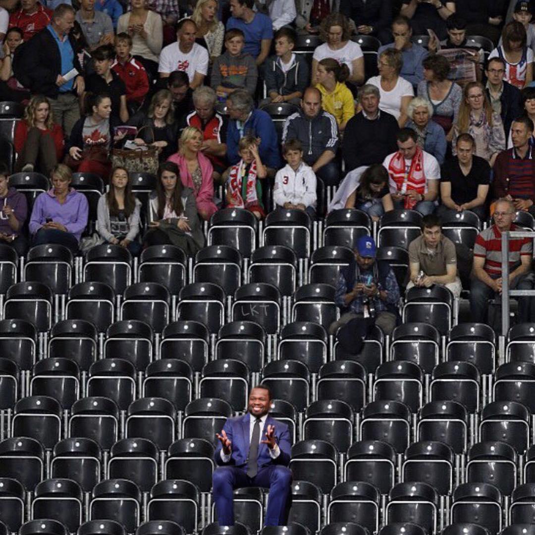 50 Cent выложил коллаж с изображением пустых рядов концертного зала, на одном из которых в одиночестве сидит сам рэпер