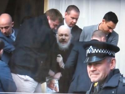 В седовласом старике с кустистой бородой еле проглядывают черты 47-летнего Ассанжа