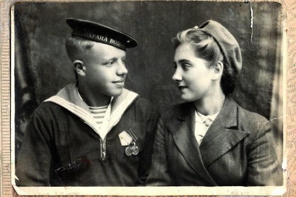 Я выросла на этой фотографии дедушки с бабушкой.