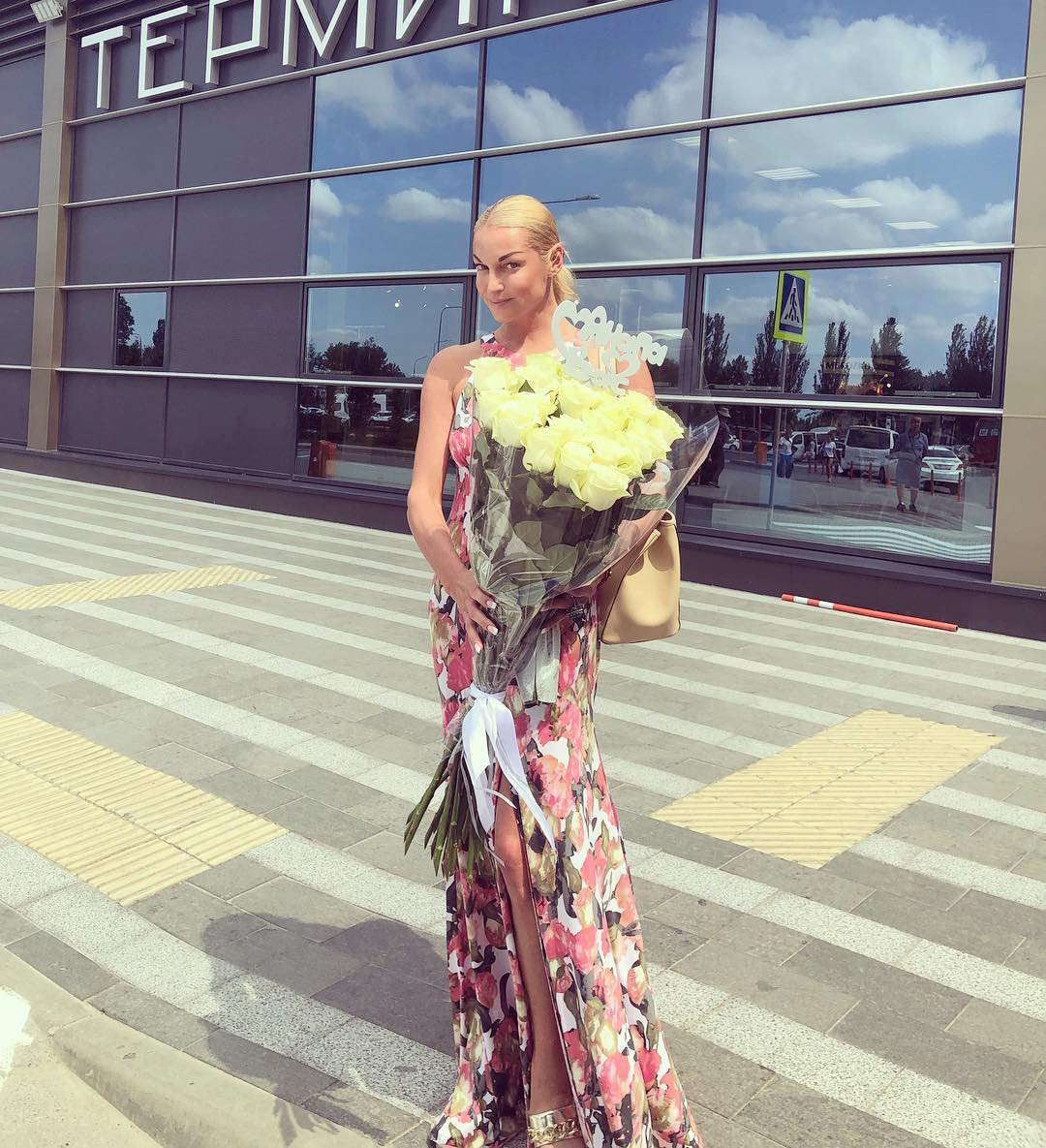 Анапа встретила нас солнцем, теплом и моими любимыми белыми розами с украшением: Анапа любит Вас Бесконечно приятно и трогательно! Мчим на репетицию в Городской театр. Со светлым сердцем.