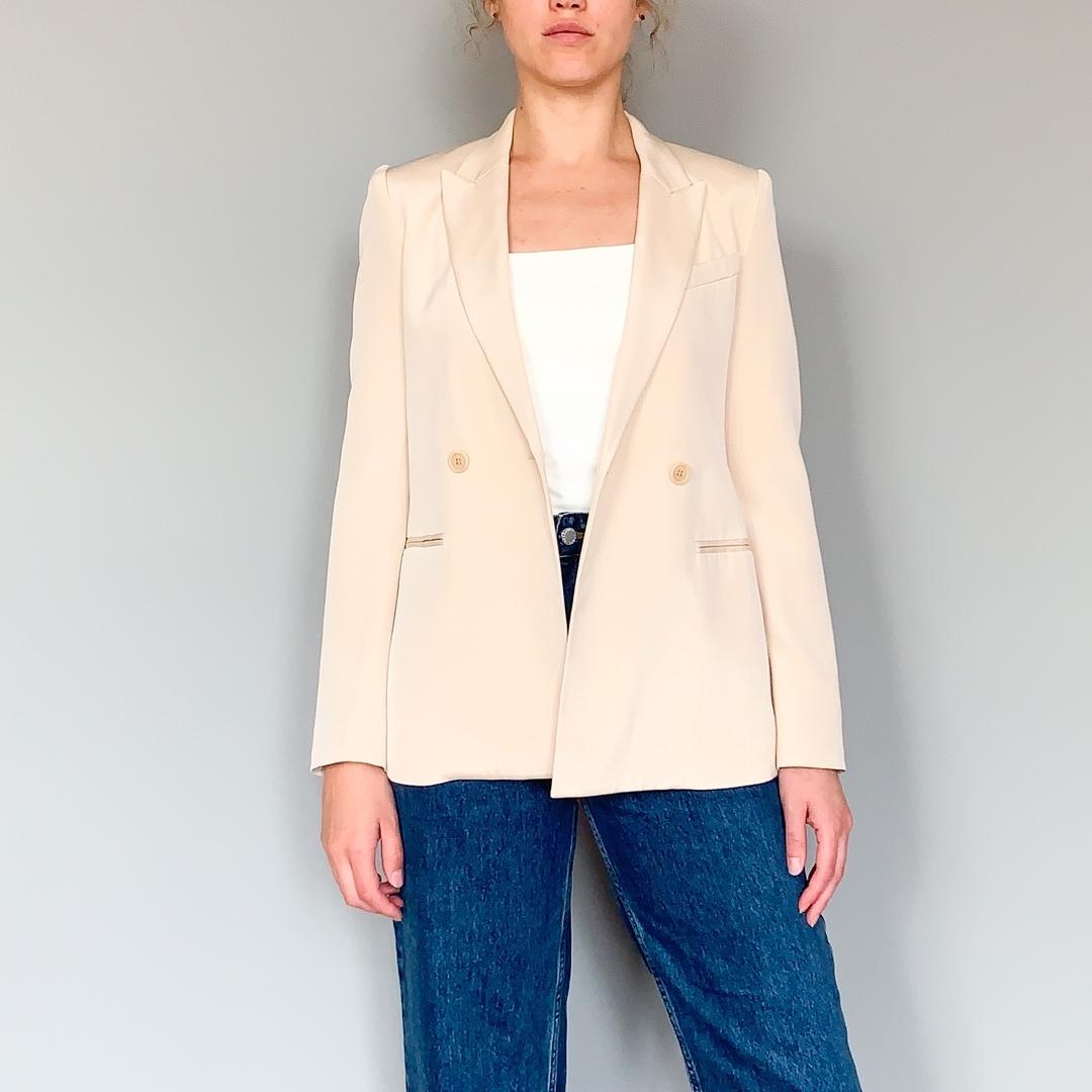 Совершенно шикарный жемчужный двубортный жакет (или пиджак?) из натурального шелка от бренда Theory и Ляйсан Утяшевой. Размер: 2 (S) Цена: 7200 рублей P.S. Давайте проголосуем в сторис, какое название правильней