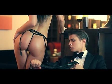 seks-foto-sluchayno-uvidel-vo-dvore-goluyu-devushku-video-prelest-shiroko-rasstavila