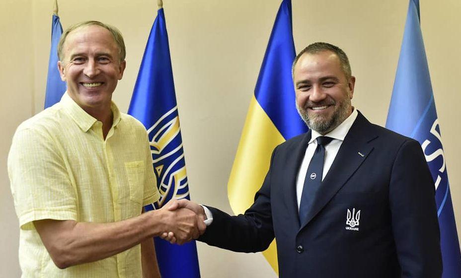 Новым главным тренером сборной Украины стал Александр Петраков (слева). Фото: Фейсбук Андрея Павелко