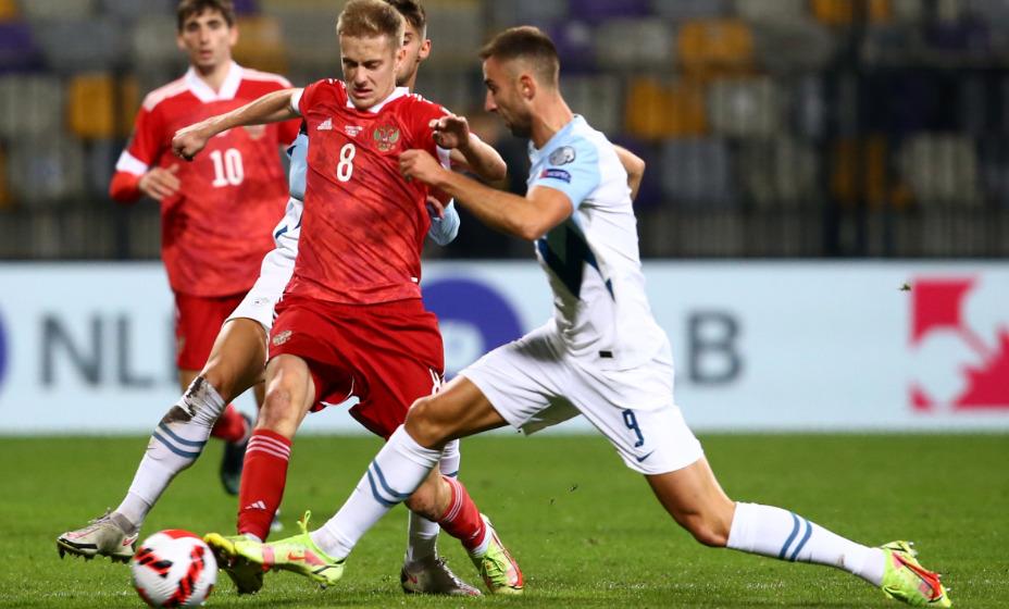 Даниил Фомин в борьбе за мяч в матче со Словенией. Фото: Reuters